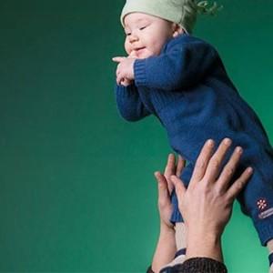 Bebeğini Havaya Atarak Seven Ebeveynlerin Dikkatine!