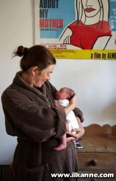 Annesine Bakan Yeni Doğmuş Bebek