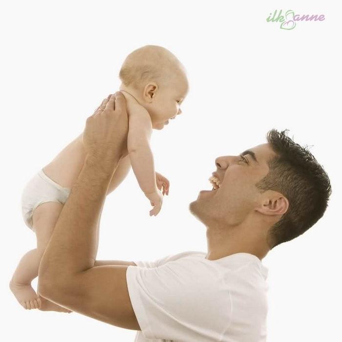 Babasının Kollarında Gülen Bebek