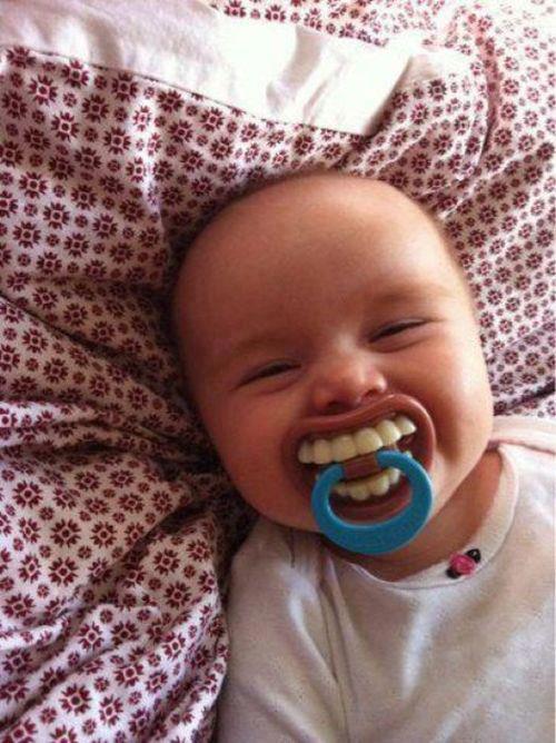 Büyük Dişli Komik Bebek