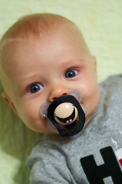 Gülen surat bebek emziği