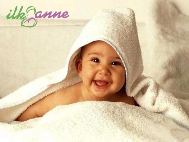 Havluların İçinde Gülen Bebek