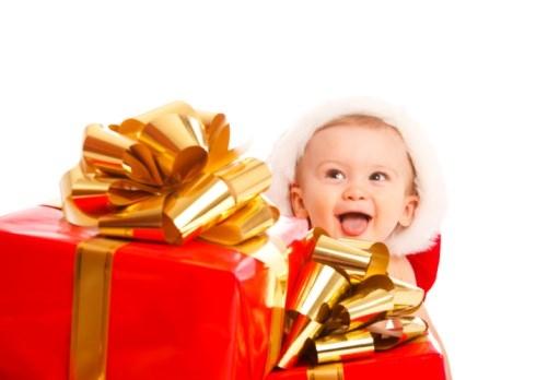 Hediye Kutuları Arasındaki Yeni Yıl Bebeği