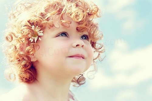 Kıvırcık Saçlara Sahip Küçük Şirin Kız Çocuğu