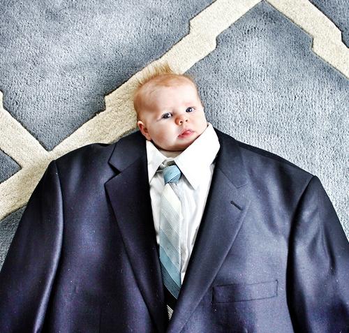 Komik Takım Elbise İçinde Olan Bebekler