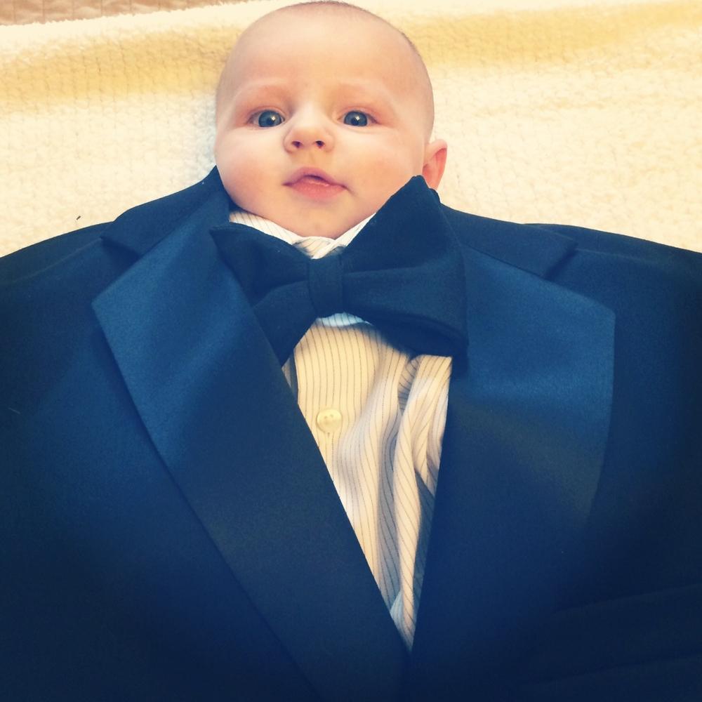 Papyonlu Takım Elbiseli Şirin Bebek