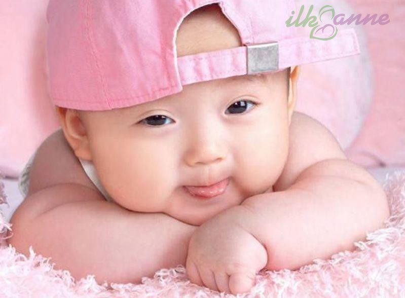 Pembe Şapkalı Dil Çıkaran Bebek