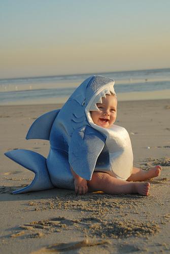 Plajda Köpek Balığı Kostümlü Komik Bebek