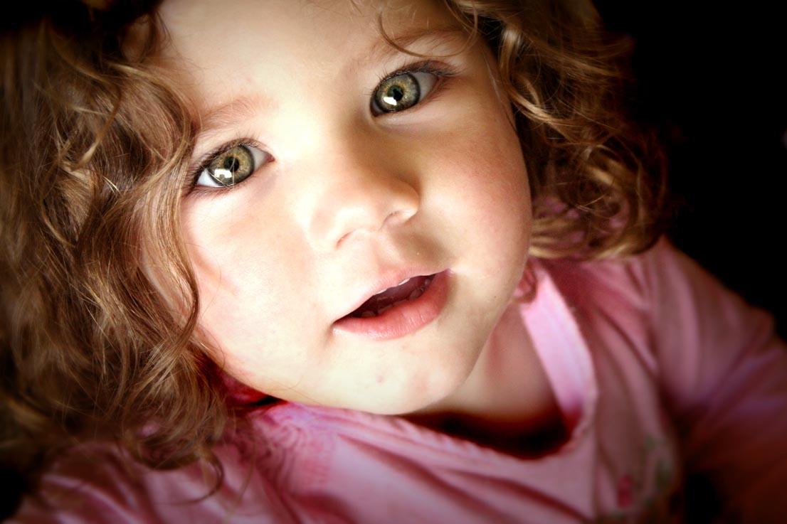Şirin Kıvırcık Saçlı Kız Bebek