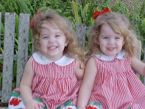 Tatlı İkiz Kız Bebekler