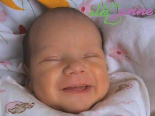 Uyurken Gülen Bebek