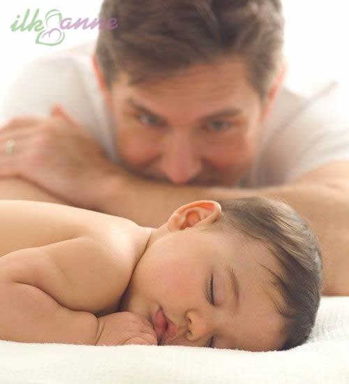 Uyuyan Bebeğine Bakan Baba